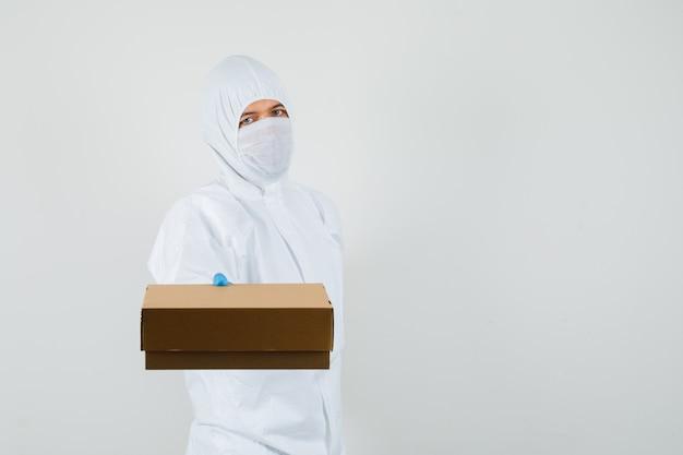Médico em traje de proteção