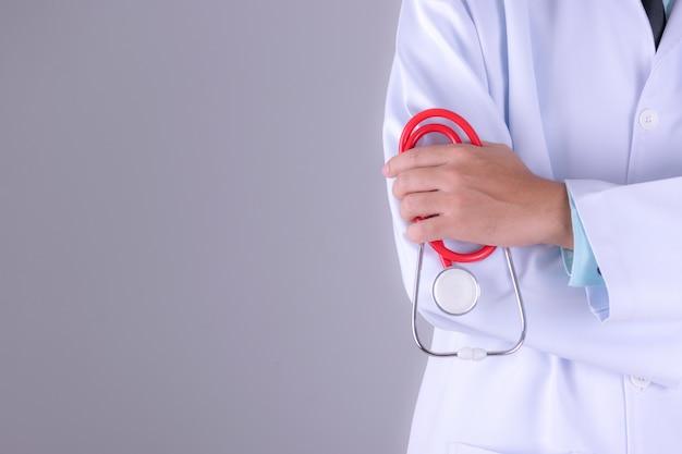 Médico, em, vestido branco, uniforme, com, estetoscópio, em, hospitalar, sobre, parede branca, fundo