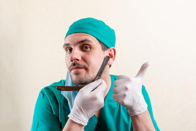 Médico engraçado com uma navalha nas mãos. foto de alta qualidade