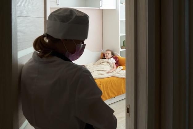 Médico entrar na sala de visita menina doente em casa