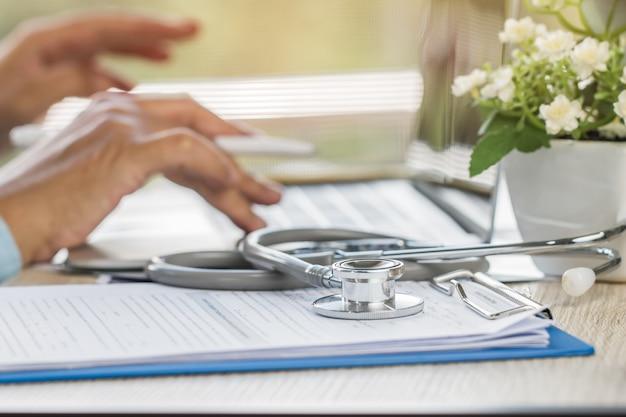 Médico escrevendo a área de transferência de prescrição
