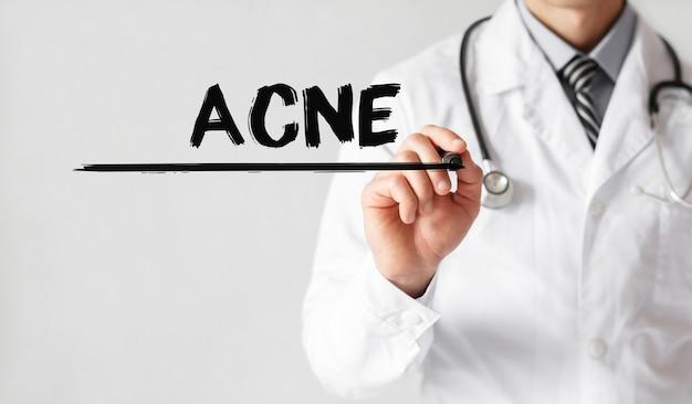 Médico escrevendo a palavra acne com marcador, conceito médico