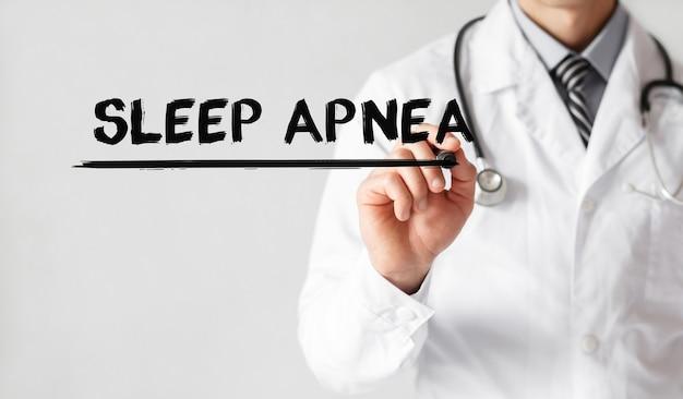 Médico escrevendo a palavra apnéia do sono com marcador, conceito médico