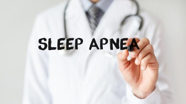 Médico escrevendo a palavra apnéia do sono com marcador