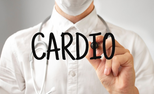 Médico escrevendo a palavra cardio com marcador, conceito médico
