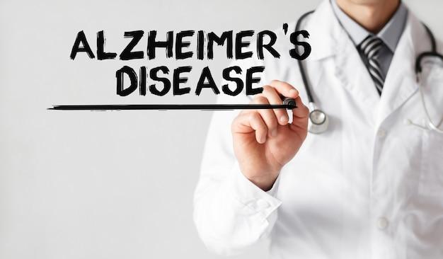 Médico escrevendo a palavra doença de alzheimer com marcador, conceito médico