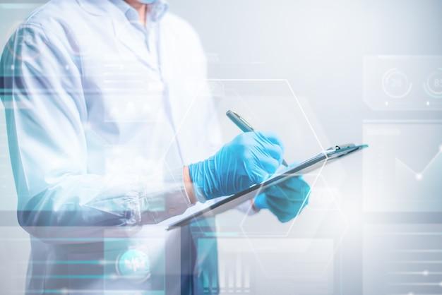 Médico escrevendo em documento com interface futurista de hud. inovador no conceito de ciência e medicina.