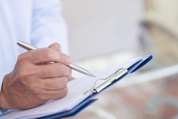 Médico escrevendo uma receita
