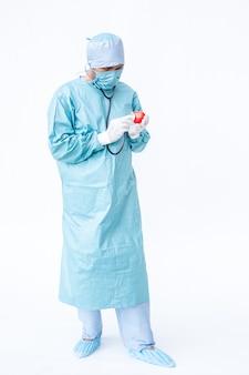 Médico especialista, verificando no coração.