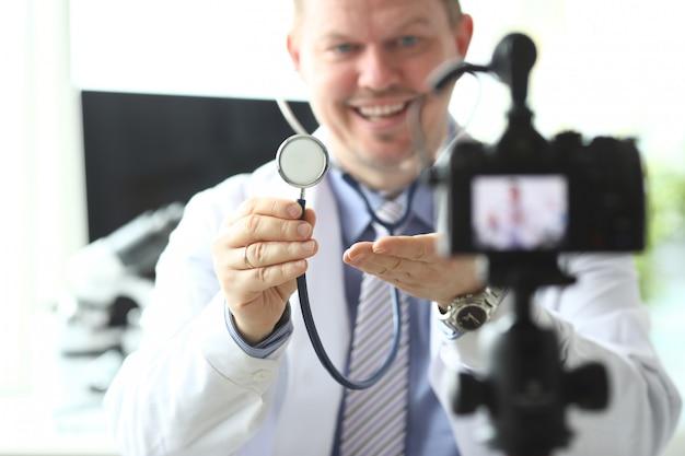 Médico esperto alegre