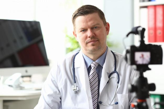 Médico esperto no escritório