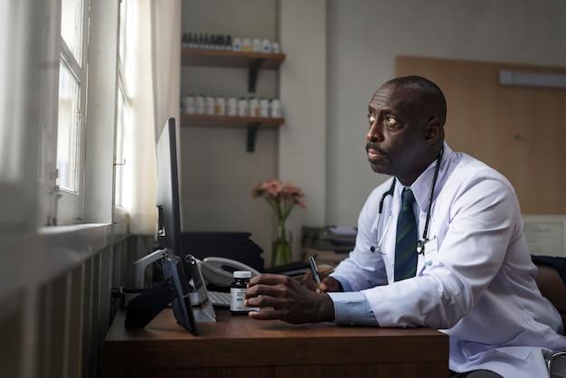 Médico está verificando o estoque de medicina