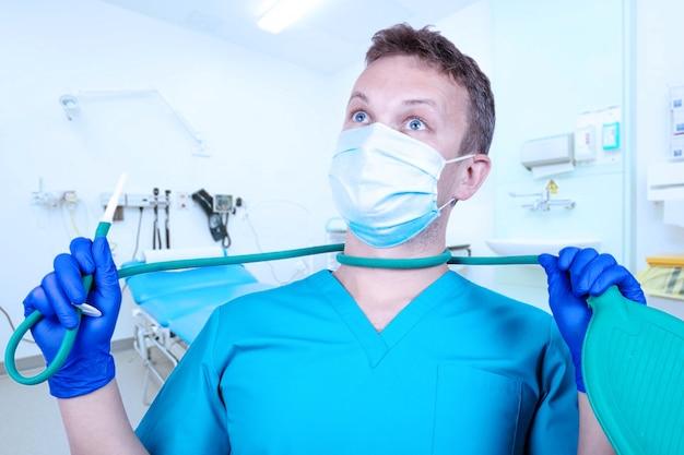 Médico estagiário proctologista com um enema na prática