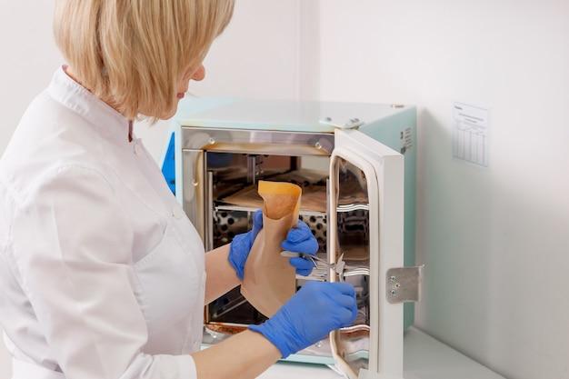 Médico esterilizando instrumentos médicos