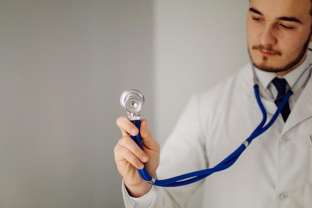 Médico examina o paciente. conceito de medicina e cuidados de saúde.