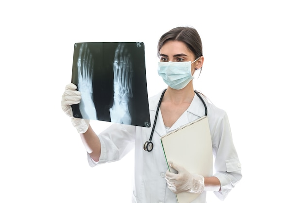 Médico examinando o raio-x do paciente isolado na parede branca
