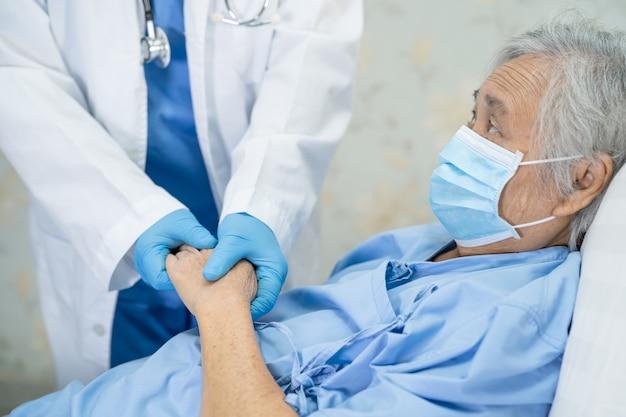 Médico examinando paciente asiática idosa ou idosa usando máscara facial no hospital para proteção contra infecção covid 19 coronavirus