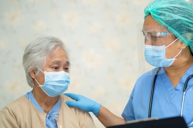 Médico examinando paciente asiática idosa usando máscara facial para proteger covid19 coronavirus