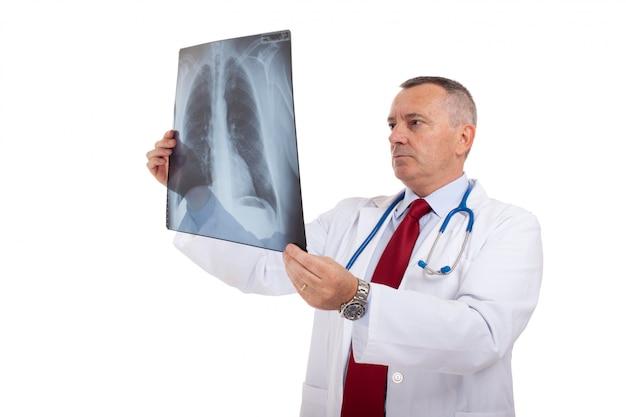 Médico examinando uma radiografia de pulmão