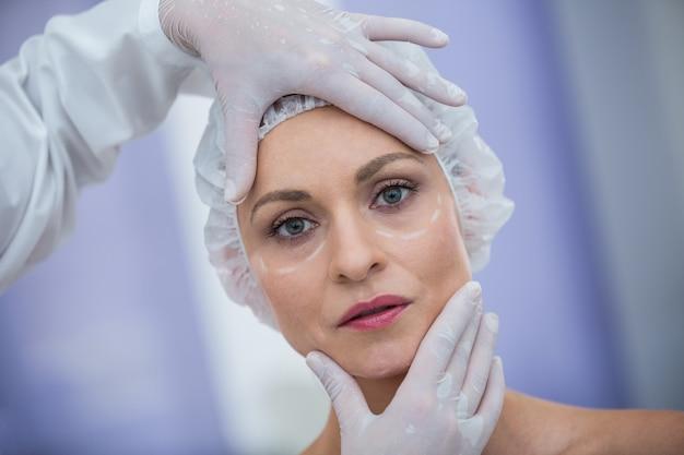 Médico examinar pacientes do sexo feminino enfrentar para tratamento cosmético