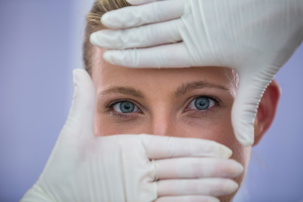 Médico examinar pacientes do sexo feminino rosto de tratamento cosmético