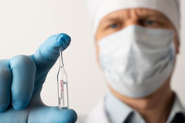 Médico experiente em máscara médica com vacina covid-19