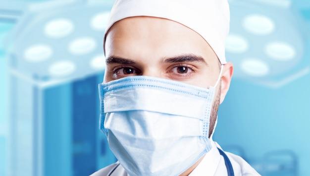 Médico experiente na sala de cirurgia.