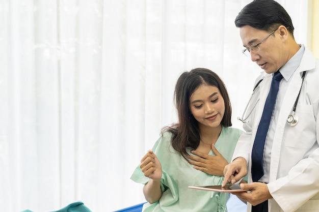 Médico explica o tratamento ao paciente