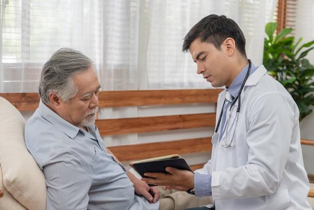 Médico explicando os resultados dos exames de saúde com paciente idoso