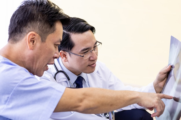Médico, explicando, raio x, resultados