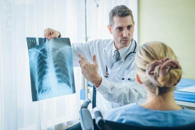 Médico explicando resultados de raios-x ao paciente no hospital
