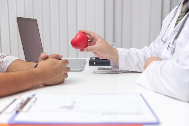 Médico explicar sintomas e tratamento médico ao paciente no hospital