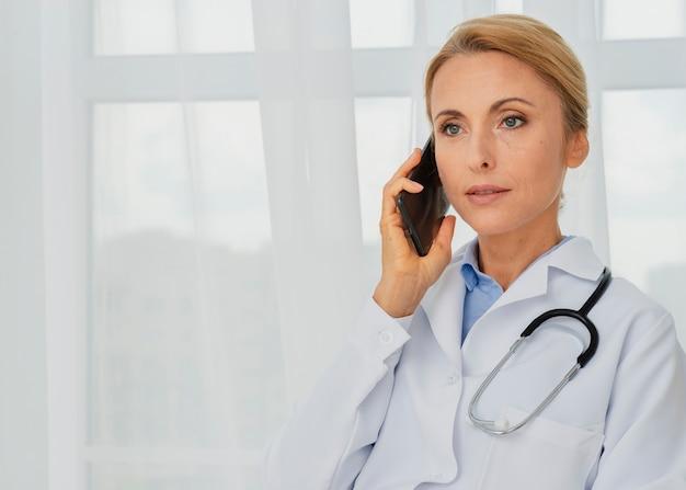Médico falando ao telefone