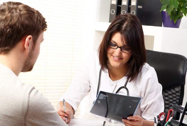Médico falando com o paciente