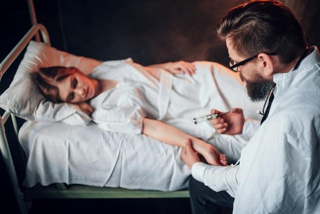 Médico faz injeção de seringa em mulher doente