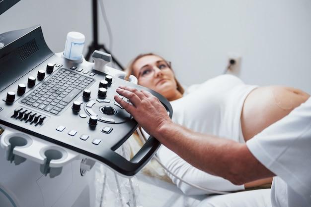 Médico faz ultrassom para uma mulher grávida no hospital.