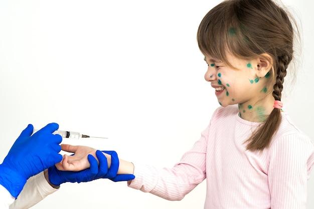 Médico fazendo a injeção de vacinação para uma menina criança com medo e doente com vírus da varicela, sarampo ou rubéola vacinação de crianças no conceito de escola.