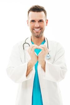 Médico fazendo formato de coração com as mãos