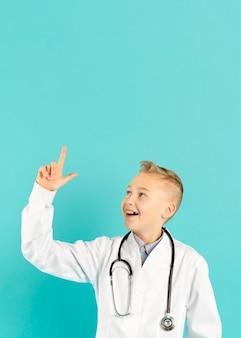 Médico feliz apontando para cima