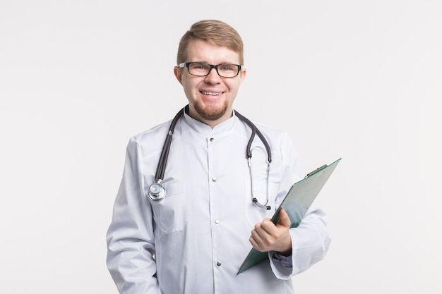 Médico feliz e sorridente, escrevendo na área de transferência, isolado na