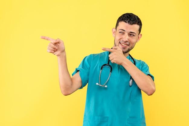 Médico feliz especialista em visão lateral com estetoscópio