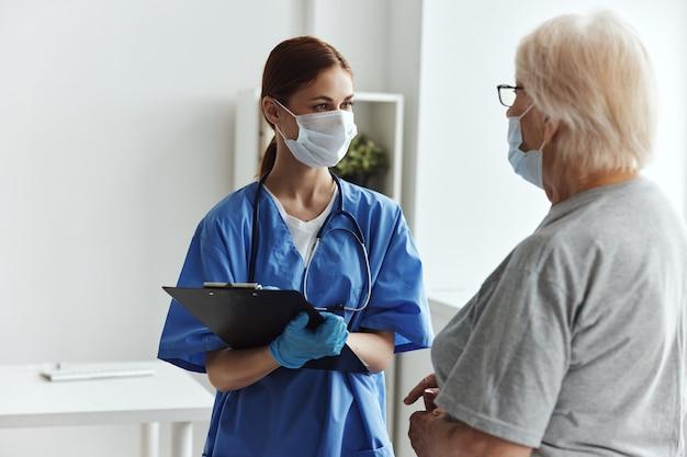 Médico feminino aconselhamento profissional cuidados de saúde
