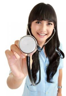 Médico feminino apresentando estetoscópio