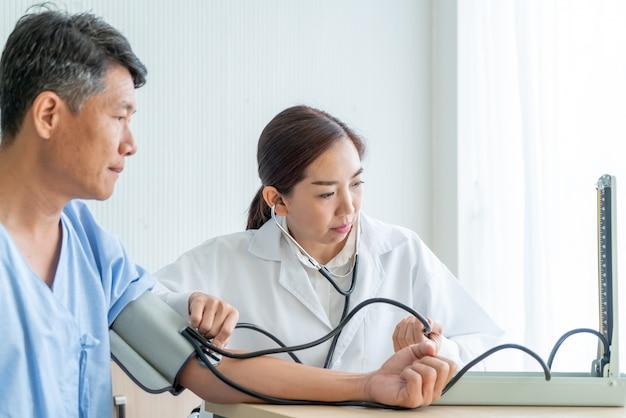 Médico feminino asiático, ckecking, dela, paciente