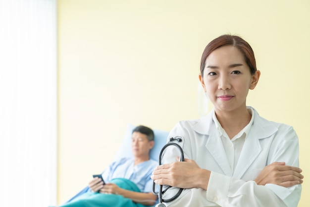 Médico feminino asiático, segurando, estetoscópio