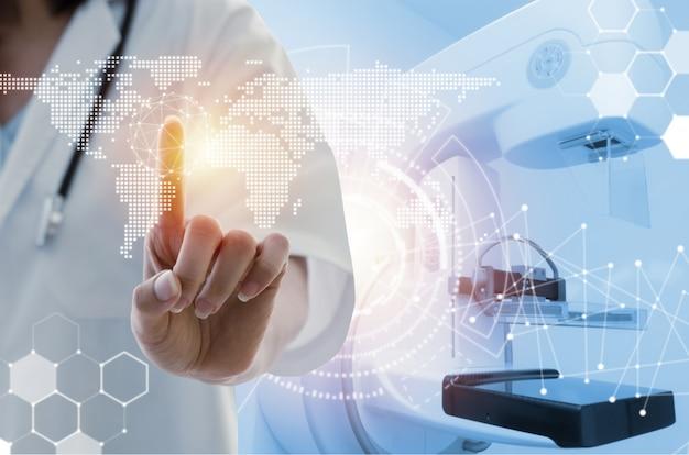 Médico feminino, com, estetoscópio, mão aponta, tocar, mundo, mapa, dados, digital, ícone, holograma