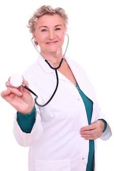 Médico feminino maduro com estetoscópio