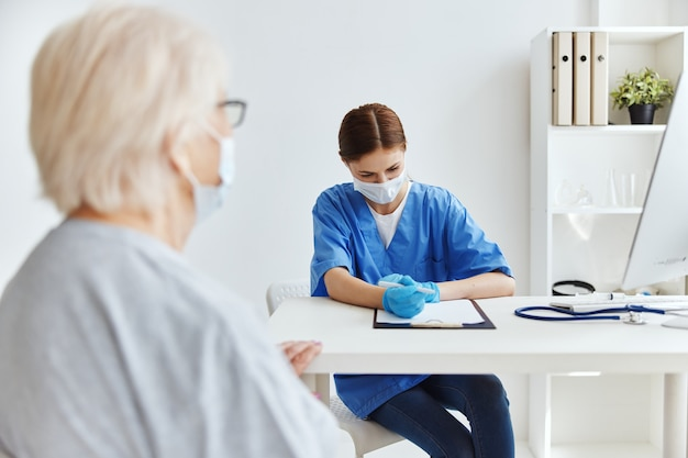 Médico feminino paciente exame consultório médico. foto de alta qualidade