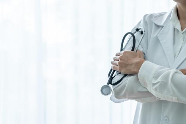 Médico feminino segurando o estetoscópio