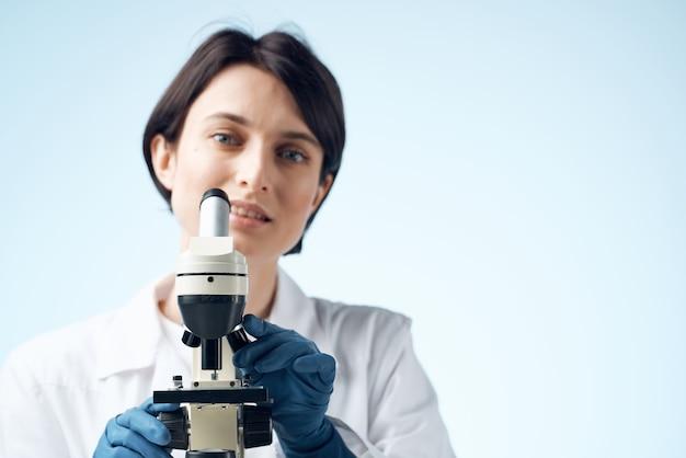 Médico feminino soluções químicas biólogo pesquisa estudar luz de fundo. foto de alta qualidade